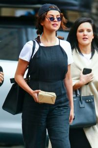 Selena-Gomez-look-As-Jennifer-Aniston-With-90s-Inspired-may-26-2019