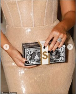 Beyonce_look_with_a_cheeky_clutch