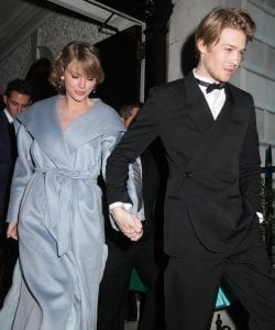 NME-Awards-2020-Taylor-Swift-and-Joe-Alwyn-Kiss-At-NME-Awards-After-Surprise-Appearance